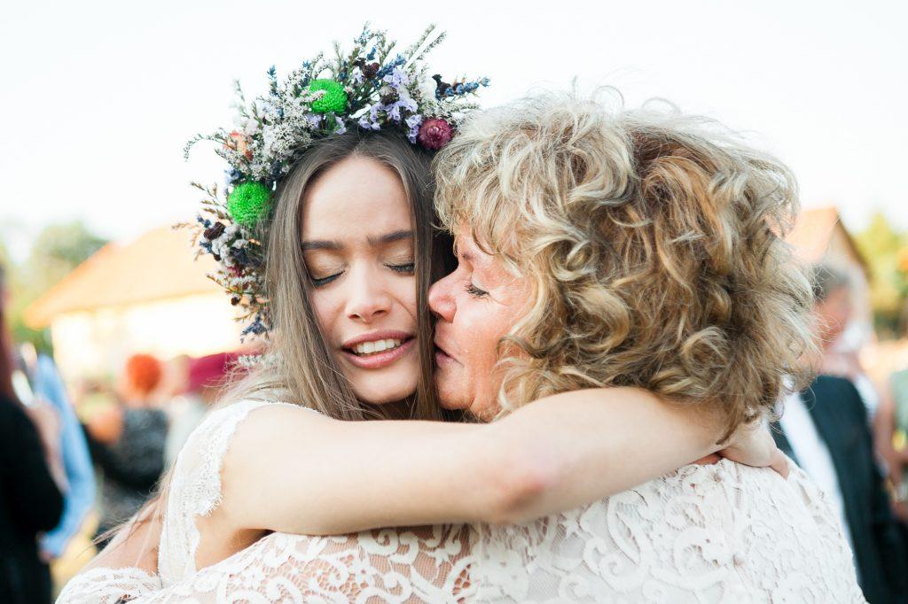 Pajta Bisztró Őriszentpéter - Menyasszony anyukájával - őszinte pillanat - Birta Fotó